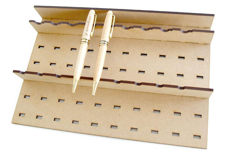 木製ボールペンをレーザー加工する時の設置例|コムネット特製「フジタ式治具」|レーザー加工道場|コムネット