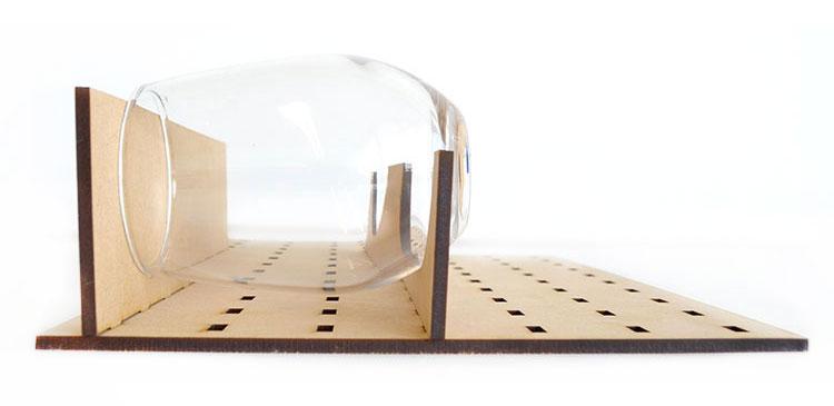 治具データを工夫すれば、グラスのような曲面の材料も水平にセッティングできます。|コムネット特製「フジタ式治具」|レーザー加工道場|コムネット