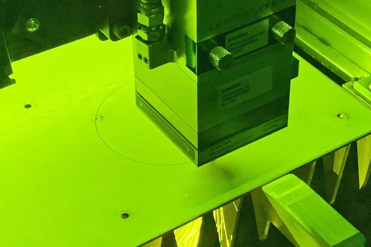 金属板をレーザーで切り出し|レーザーカッター・レーザー加工機の集塵消臭機の外排気用改造パーツ