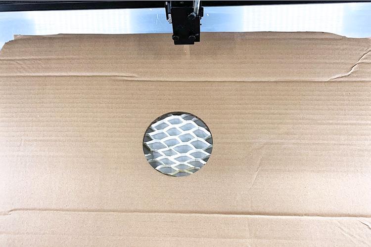 天井用の段ボールにレーザーで穴を開けます。|外気を取り込む飛沫感染防止ボックスの作成方法