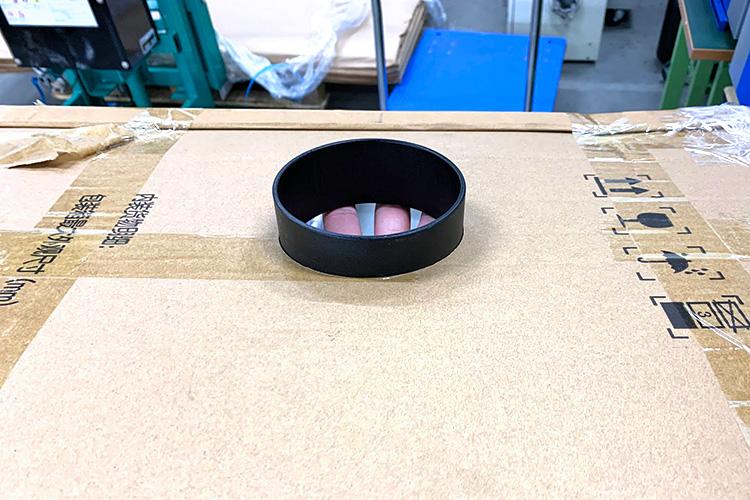 開けた穴にホース接続口を設置します。(塩ビパイプでも代用可能です。)|外気を取り込む飛沫感染防止ボックスの作成方法