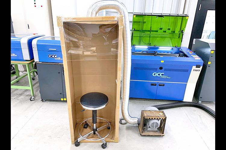 アクリル板を設置して、排気ブロワーを接続したら完成です。|外気を取り込む飛沫感染防止ボックスの作成方法