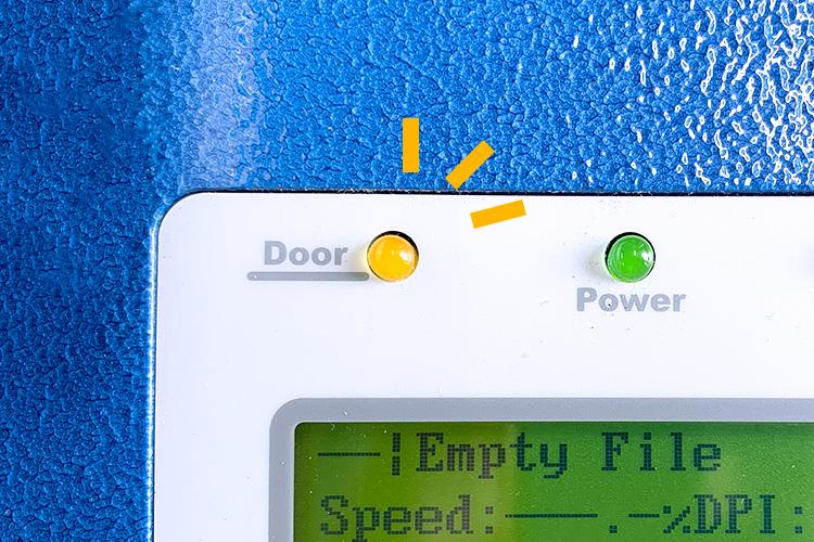 ドアがしっかり閉まっていないと操作パネル上部のドアランプが黄色く点灯します。|急に加工ができなくなった時の確認箇所(安全装置編)|レーザーメンテナンス講座