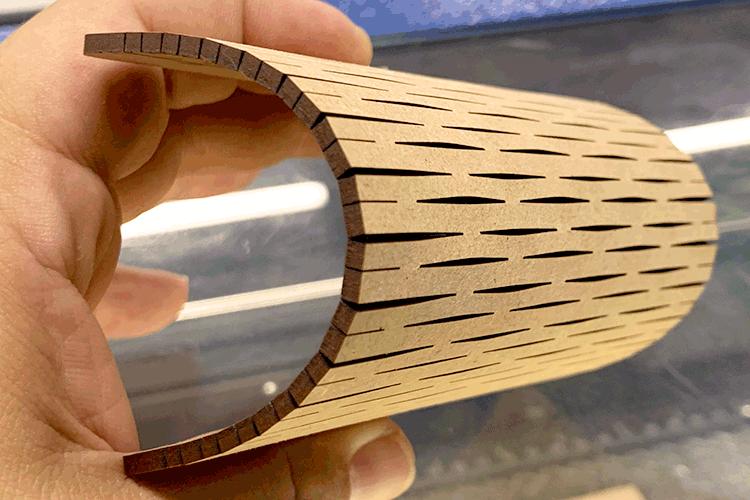 硬いMDF板でも切り込みを入れることで曲げることができます。|MDFの曲げ加工ができるレーザーカット技法|レーザー加工道場