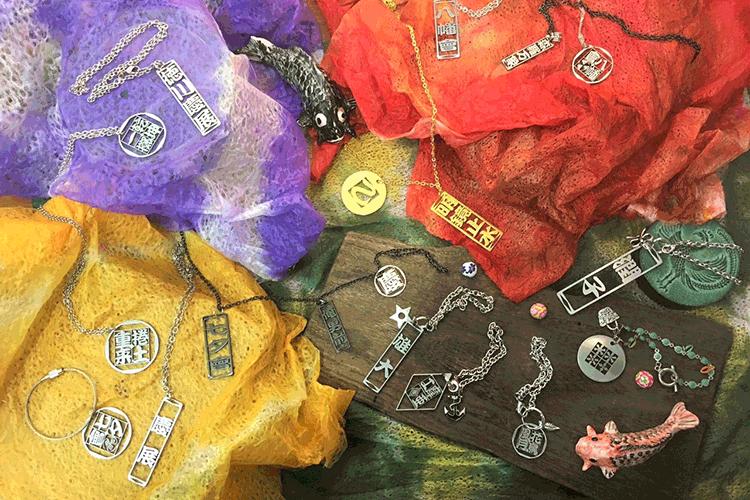 ステンレス製切り抜き文字アクセサリー:字札(Azanafuda)|金属製切文字アクセサリー製造販売の泉壽様|金属用レーザー加工機の導入事例