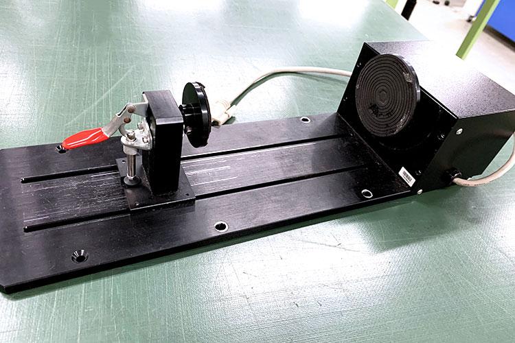 ロータリーアタッチメントは、円柱状のもの(グラスや水筒・ボトルなど)にレーザー加工できるようになるオプション品です。