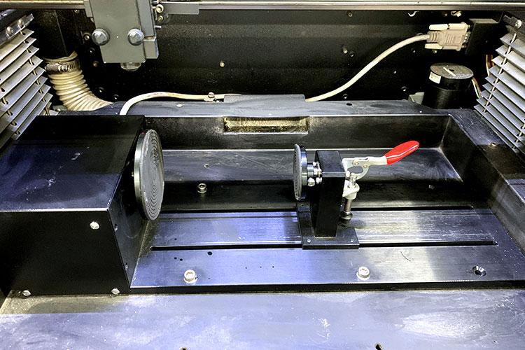 ロータリーアタッチメントを取り付ける際は、水平としっかり中心に材料を装着できているか確認しましょう。