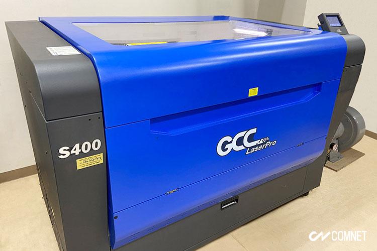 導入機種:レーザーカッター GCCシリーズ S400(80W)|同人グッズ販売事業を立ち上げ。3年で年間1200万円を売り上げる事業へ成長。栄光様|レーザー加工機の導入事例
