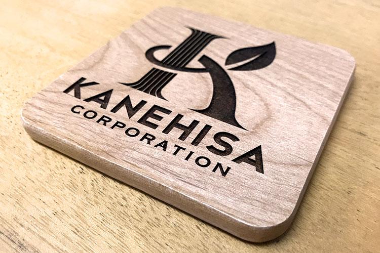 レーザー加工商品:木製コースターへの彫刻|かねひさ株式会社様|レーザー加工機の導入事例