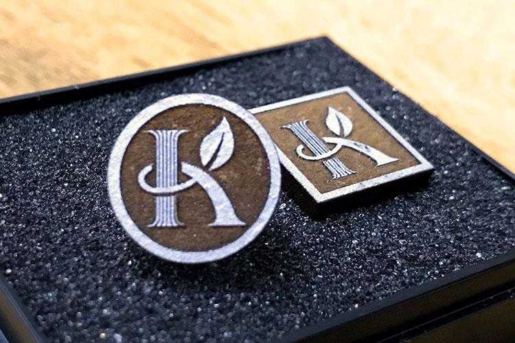 レーザー加工商品:木製社章|かねひさ株式会社様|レーザー加工機の導入事例