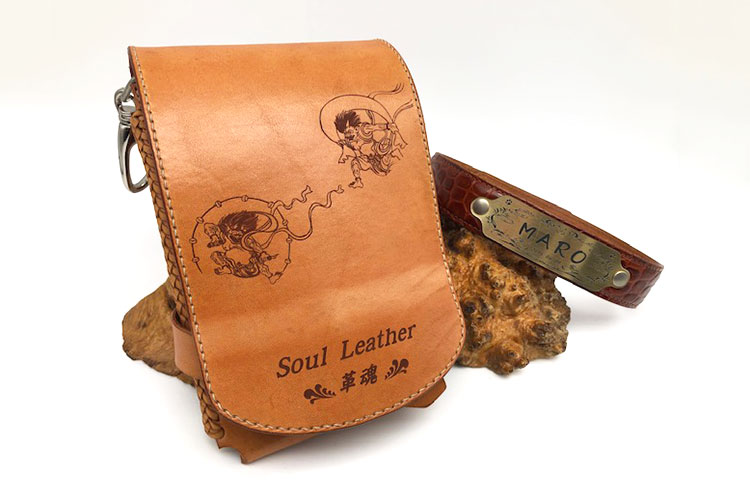 革製スマホホルダーへの画像と名前のレーザー彫刻|Soul Leather 革魂様|レーザー加工機の導入事例