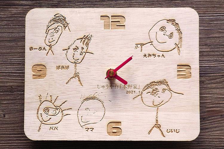 イラストを彫刻した木製時計|レーザー加工商品|本野はきもの工業様|レーザー加工機の導入事例