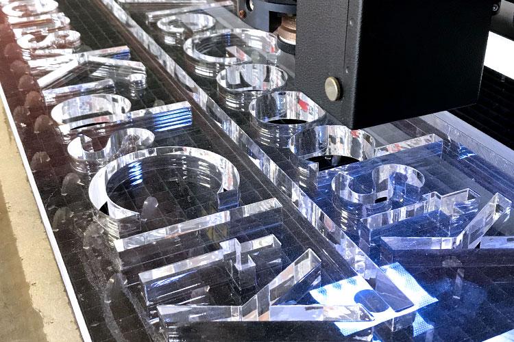 厚物アクリルのレーザーカット加工|株式会社戦略工房ゼロワン様|レーザー加工機の導入事例