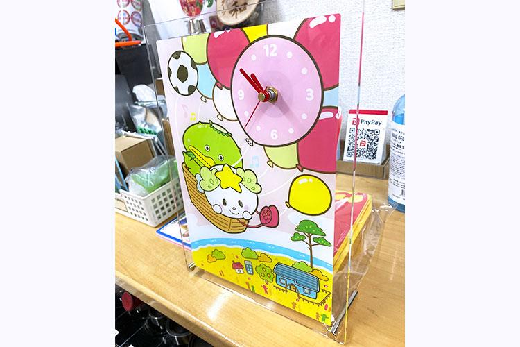 UVプリントと組み合わせたアクリル製の時計|レーザー加工製品|ダーツ様|レーザー加工機の導入事例