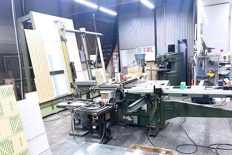 レーザー加工機の他に木工機械が並ぶ作業場|オオフチ工芸様|レーザー加工機の導入事例