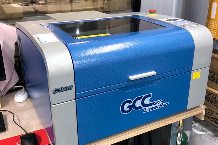 導入機種:レーザー加工機 GCCシリーズ C180Ⅱ|株式会社ピーエムシー様|レーザー加工機の導入事例