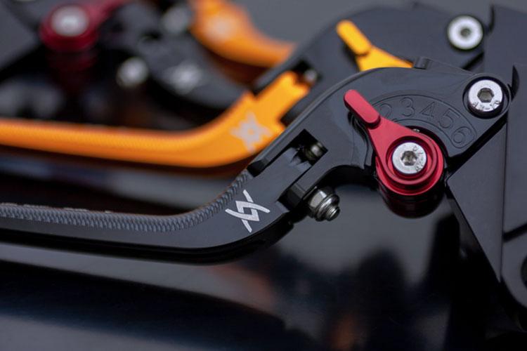 ブレーキレバーへの刻印|レーザー加工商品|株式会社ピーエムシー様|レーザー加工機の導入事例