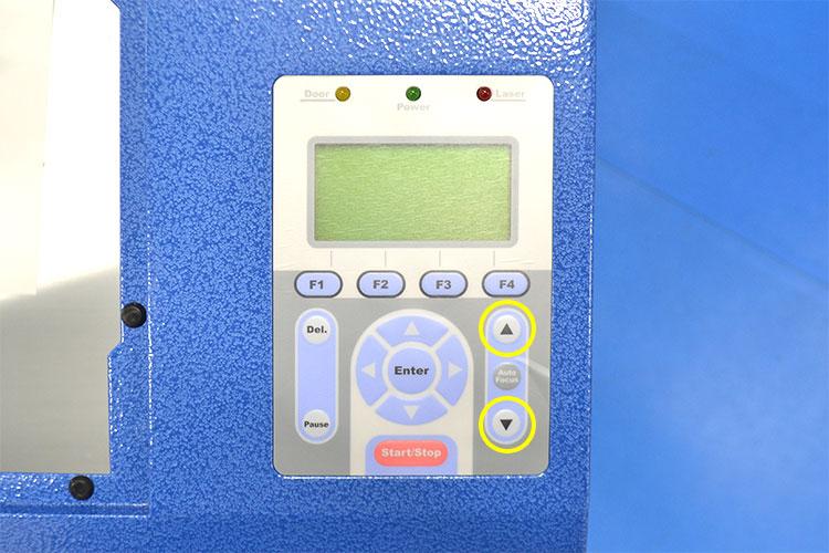 液晶パネル横のテーブルの上下ボタンで焦点距離を調整します。 マニュアルピンで焦点距離を調整する方法 レーザーメンテナンス講座