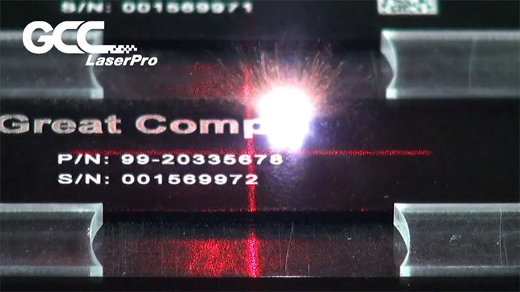 アルマイト(陽極酸化アルミニウム)をレーザー彫刻して、UID(アイテム識別コード)をマーキング