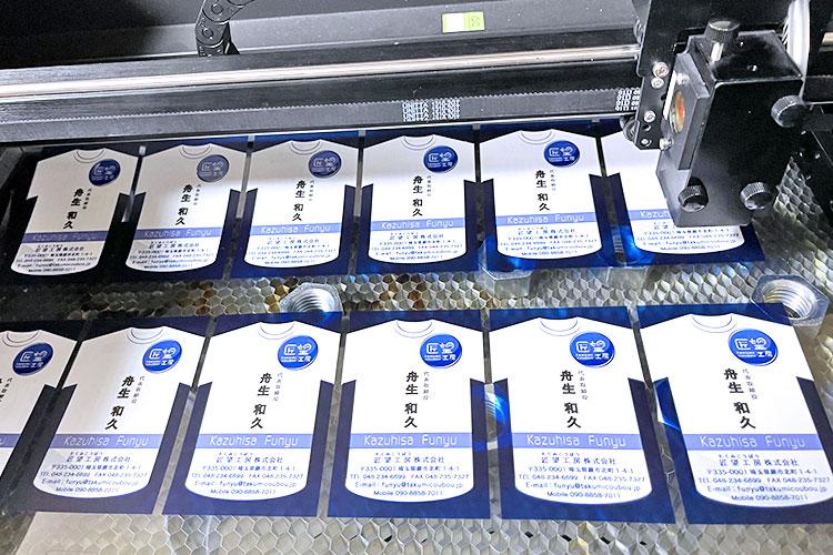 PET名刺をレーザーカット|匠望工房株式会社|レーザー加工機の導入事例
